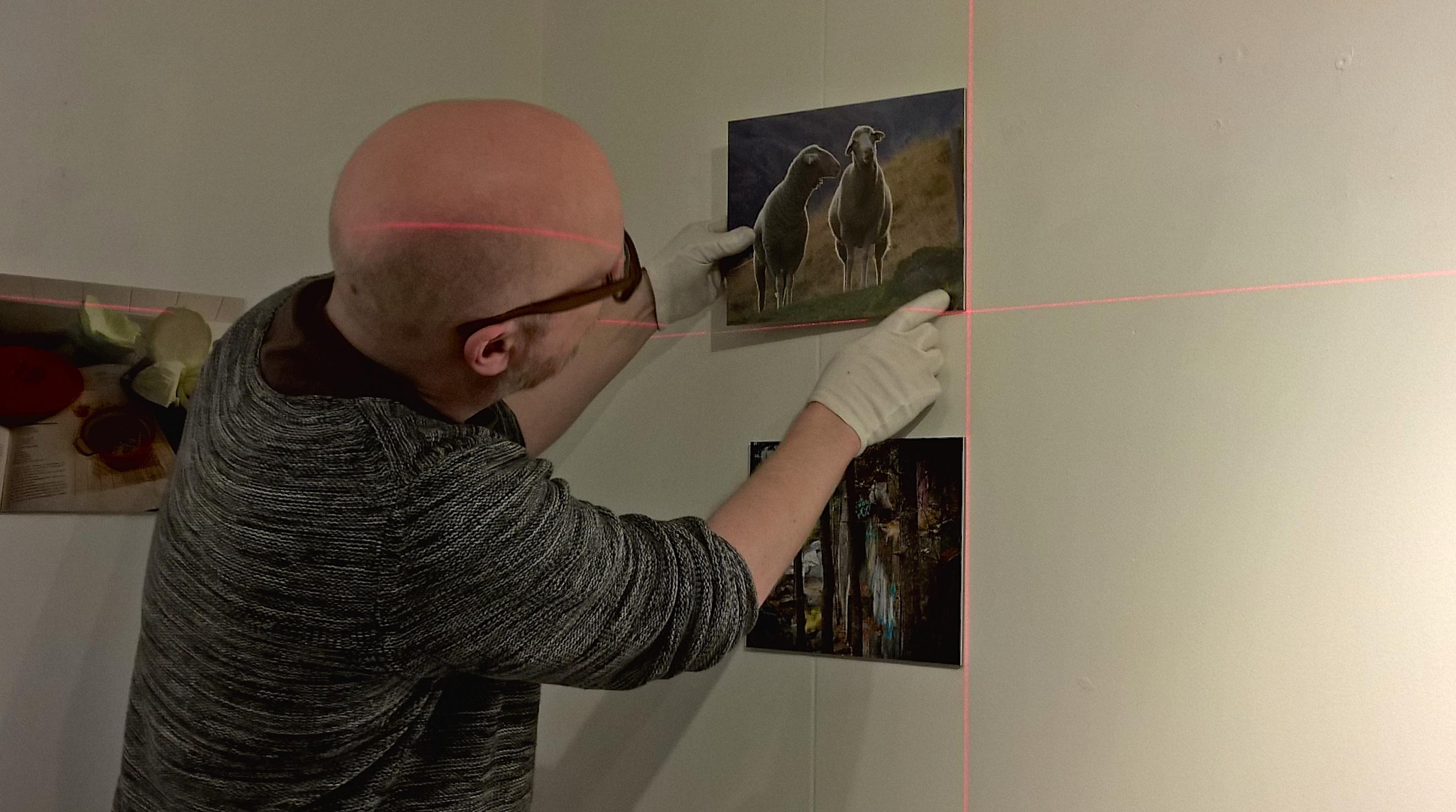 Pasi Kirkkopelto rakentamassa näyttelyä Galleri Zebrassa.
