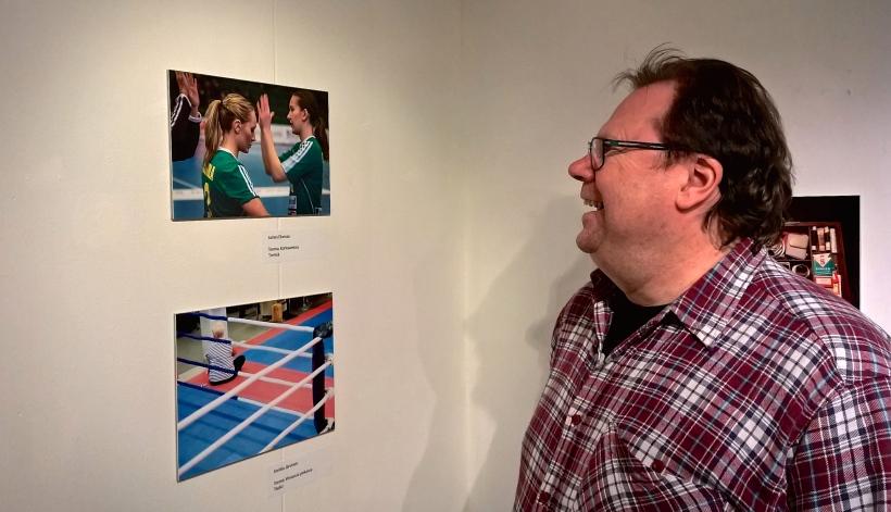 """Jarmo Elomaa on tyytyväinen omaan kuvansa """"Tsemppiä"""" (Ylempi kuva)"""