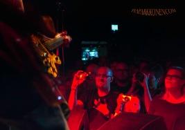 """KÄSI SYDÄMMELLÄ """"Bändin yleisö on innostunut ja sitoutunutta. Näkihän sen rakkauden kesäkiertueellakin kuinka fanit olivat mukana. Mä en muista minkään muun bändin kanssa tavanneeni tällaista ilmiötä."""" -Tumppi Jones Koko A4 Kapa-pohjustettu Epson Luster-paperi, Dialab 2015 Kehystettynä 125 e Ilman kehystä 80 e Edition 15 kpl"""